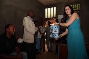 Cecilie overrekker gave fra PAM